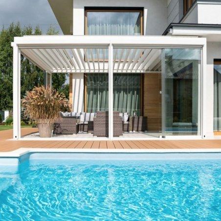 Pergola bioclimatique DETENTE à adossée lames parallèles au bord de la piscine