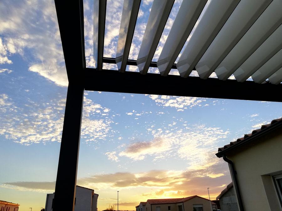 Vision du coucher de soleil sous la pergola H2 adossée
