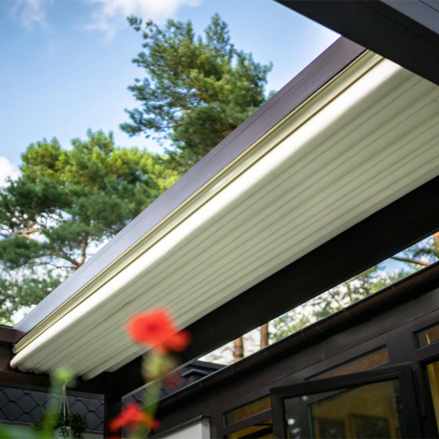 La pergola VACANCES à toit rétractable sous toute sa splendeur !